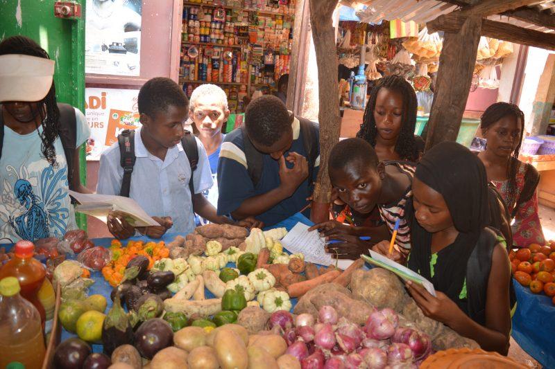 Sénégal marché collégiens